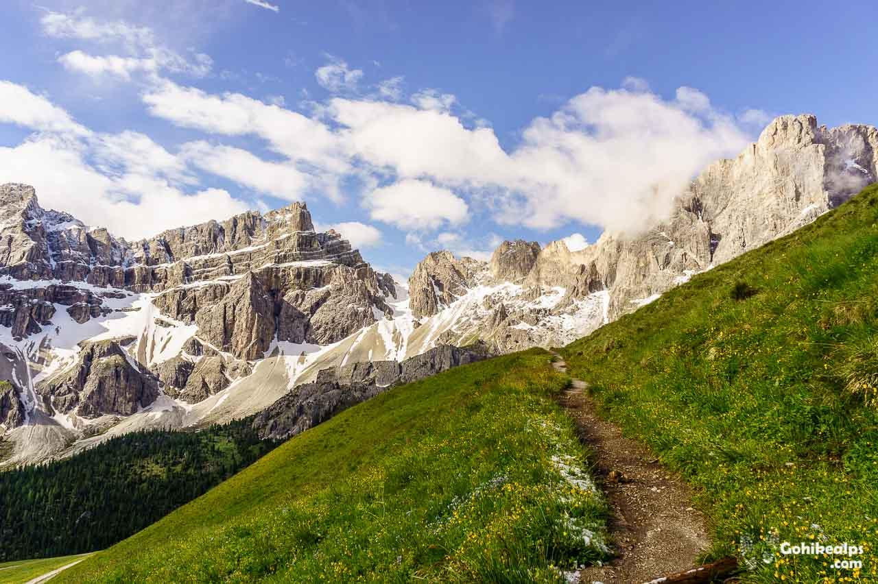 Path to Roa-Scharte on Dolomites Alta Via 2, south of Schlüterhütte